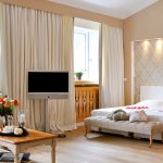 Suite Bayern - Helles Einladendes Schlafzimmer Mit Holzverkleidungen Und Hellen Vorhängen