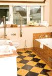 Suite Senator Rösner - Badezimmer - Heller Marmor Mit Weißen Keramikelementen