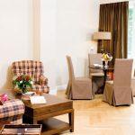 Suite Senator Rösner - Runder Holz-Esstisch Mit Hussen überzogenen Stühlen